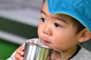 無料試飲で白山命水を飲む少年